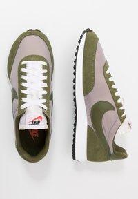 Nike Sportswear - AIR TAILWIND 79 - Sneakersy niskie - pumice/legion green/white/black/team orange - 2