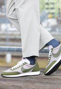 Nike Sportswear - AIR TAILWIND 79 - Sneakersy niskie - pumice/legion green/white/black/team orange - 7