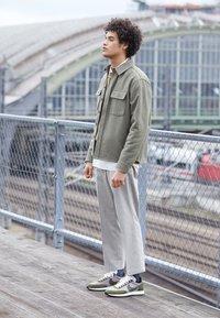 Nike Sportswear - AIR TAILWIND 79 - Sneakersy niskie - pumice/legion green/white/black/team orange - 6