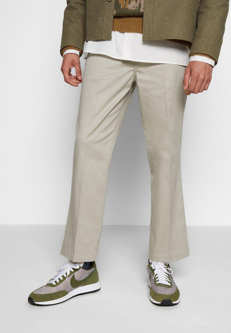 Nike Sportswear - AIR TAILWIND 79 - Sneakersy niskie - pumice/legion green/white/black/team orange