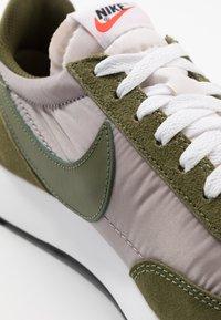 Nike Sportswear - AIR TAILWIND 79 - Sneakersy niskie - pumice/legion green/white/black/team orange - 8