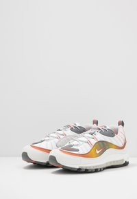 Nike Sportswear - AIR MAX 98 SE - Sneaker low - vast grey/summit white/team orange/smoke grey/black/metallic red bronze