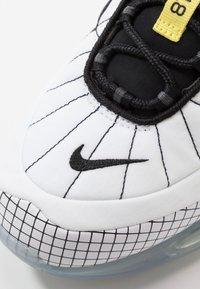 Nike Sportswear - MX-720-818 - Sneakersy niskie - white/black/opti yellow - 5