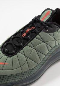 Nike Sportswear - MX-720-818 - Tenisky - jade stone/team orange/juniper fog/black - 5