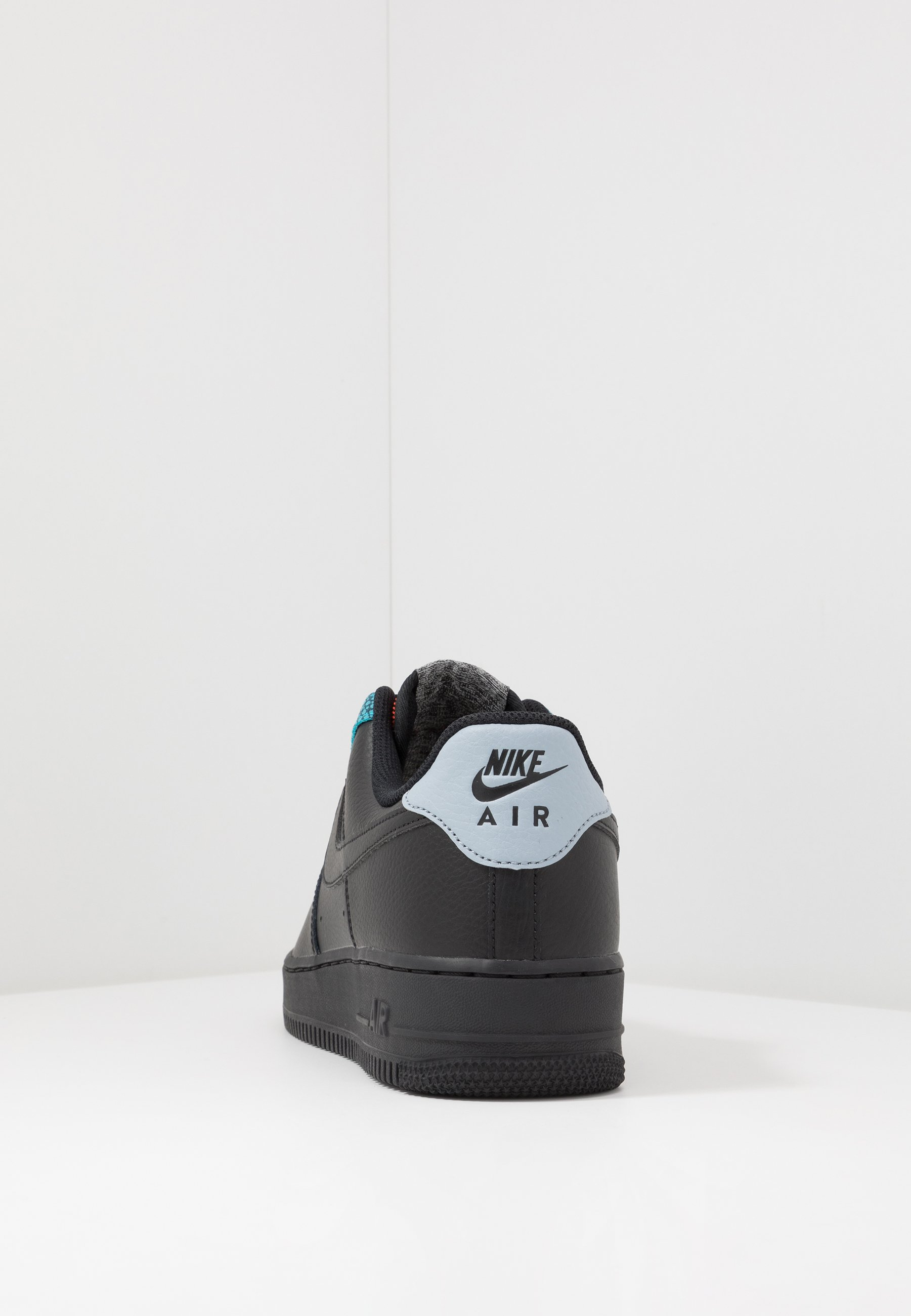 AIR FORCE 1 '07 LV8 Sneakersy niskie blackobsidian mistcool greyblue furybright crimson