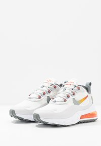 Nike Sportswear - AIR MAX 270 REACT - Sneakersy niskie - summit white/metallic gold/vast grey/smoke grey/team orange/white - 2
