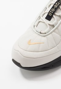 Nike Sportswear - MX-720-818 RVL - Sneakers laag - light bone/metallic gold/black/khaki - 5