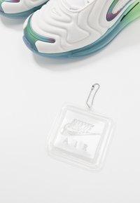 Nike Sportswear - AIR MAX 720 20 - Sneakersy niskie - summit white/black/white/metallic silver - 6