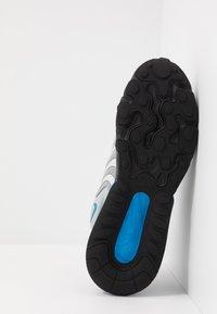 Nike Sportswear - AIR MAX 270 REACT ENG - Trainers - light smoke grey/battle blue/smoke grey/black/hyper blue/white - 4