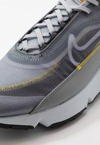 Nike Sportswear - AIR MAX 2090 - Joggesko - wolf grey/white/particle grey/pure platinum/topaz gold/black - 5