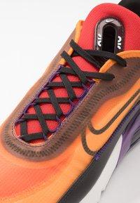 Nike Sportswear - AIR MAX 2090 - Sneakers laag - magma orange/black/eggplant/habanero red/white/red orbit - 5