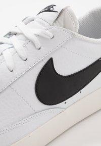 Nike Sportswear - BLAZER - Matalavartiset tennarit - white/black - 5
