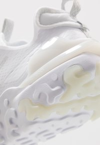 Nike Sportswear - REACT VISION - Matalavartiset tennarit - white/light smoke grey - 6