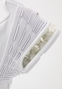 Nike Sportswear - AIR MAX PLUS III - Sneakersy niskie - white/vast grey - 5