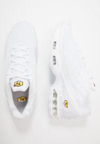 Nike Sportswear - AIR MAX PLUS III - Sneakersy niskie - white/vast grey - 1
