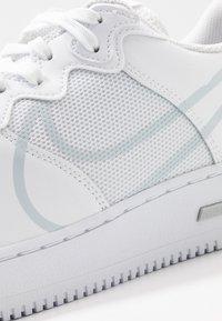 Nike Sportswear - AIR FORCE 1 REACT - Sneakers basse - white/pure platinum - 5
