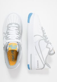 Nike Sportswear - AIR FORCE 1 REACT - Matalavartiset tennarit - white/light smoke grey/universal red/universal gold/universal blue/gym blue - 1