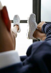 Nike Sportswear - AIR VAPORMAX 360 - Sneakersy niskie - white/reflect silver/black/metallic silver - 2