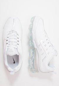 Nike Sportswear - AIR VAPORMAX 360 - Sneakersy niskie - white/reflect silver/black/metallic silver - 3