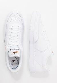 Nike Sportswear - COURT VINTAGE PREM - Matalavartiset tennarit - white/black/total orange - 1