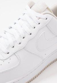 Nike Sportswear - AIR FORCE 1 '07  - Sneakers basse - white/light bone - 5