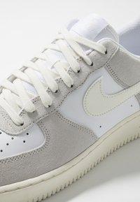 Nike Sportswear - AIR FORCE 1 LV8  - Sneakersy niskie - white/sail/platinum tint - 5