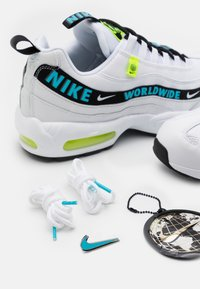 Nike Sportswear - AIR MAX 95 - Sneakersy niskie - white/blue fury/volt/black - 4