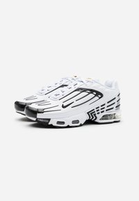 Nike Sportswear - AIR MAX PLUS III UNISEX - Sneakersy niskie - white/black/chile red - 1