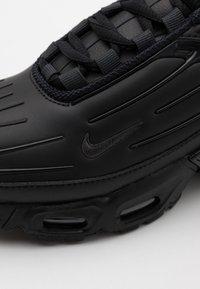 Nike Sportswear - AIR MAX PLUS III UNISEX - Sneakers laag - black/dark smoke grey - 5