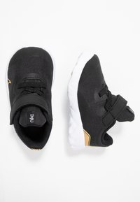 Nike Sportswear - EXPLORE STRADA - Sneakers laag - black/metallic gold/white - 0