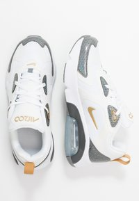 Nike Sportswear - AIR MAX 200  - Matalavartiset tennarit - white/metallic gold/cool grey/anthracite - 0