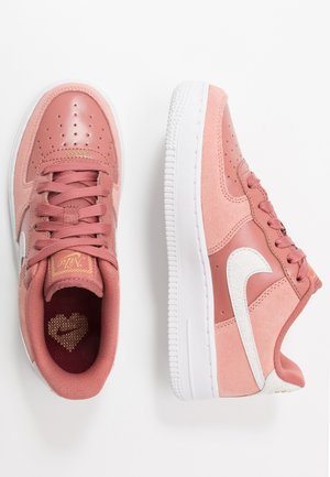 AIR FORCE 1 LV8 V DAY - Sneakersy niskie - pink quartz/white/canyon pink/metallic gold