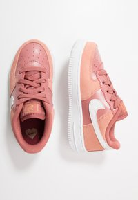 Nike Sportswear - FORCE 1 LV8 DAY - Sneaker low - pink quartz/white/canyon pink/metallic gold - 0