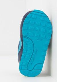 Nike Sportswear - RUNNER 2 - Sneakers laag - midnight navy/laser blue/lemon/white - 5