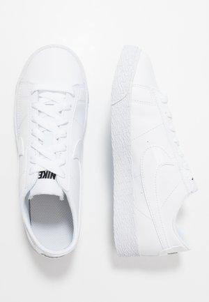 BLAZER - Baskets basses - white/black