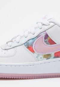Nike Sportswear - AIR FORCE 1 - Sneakers laag - white/light arctic pink/metallic silver - 5