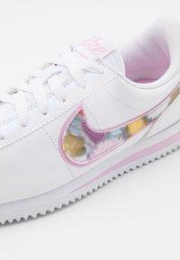 Nike Sportswear - CORTEZ BASIC  - Zapatillas - white/light arctic pink/metallic silver - 5