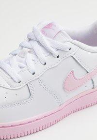 Nike Sportswear - AIR FORCE 1 BRICK - Zapatillas - white/pink - 5