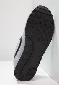 Nike Sportswear - MD RUNNER 2 BPV - Trainers - wolf grey/black/white - 4
