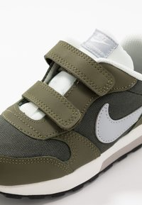 Nike Sportswear - MD RUNNER  - Baskets basses - sequoia/wolf grey/olive/sail