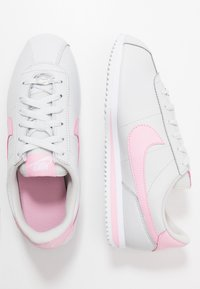 Nike Sportswear - CORTEZ BASIC  - Zapatillas - photon dust/pink-white/metallic silver - 0