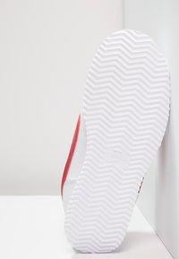 Nike Sportswear - CORTEZ BASIC - Zapatillas - white/varsity royal/black/varsity red - 5