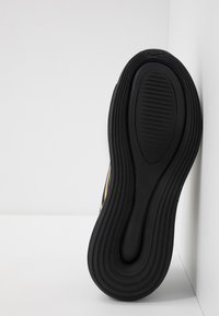 Nike Sportswear - AIR MAX 720 - Sneakers laag - black/mtetallic gold - 5
