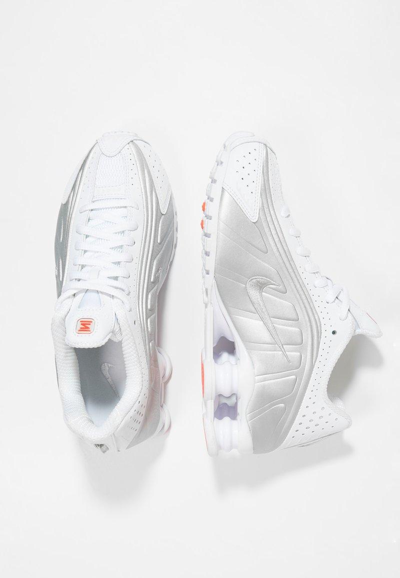 Nike Sportswear - SHOX R4 - Sneakers - white/silver/crimson