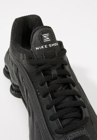 Nike Sportswear - SHOX R4 - Baskets basses - black - 2