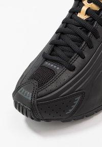 Nike Sportswear - SHOX R4 - Sneakers laag - black/metallic gold/anthracite - 2