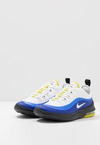 Nike Sportswear - AIR MAX AXIS - Sneakers basse - white/hyper blue/black - 3