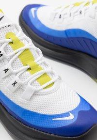 Nike Sportswear - AIR MAX AXIS - Sneakers basse - white/hyper blue/black - 6