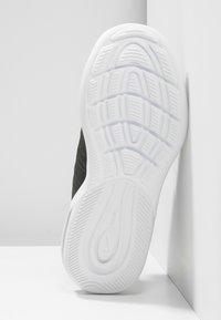Nike Sportswear - AIR MAX AXIS - Sneakers basse - white/total orange/obsidian/amarillo - 5