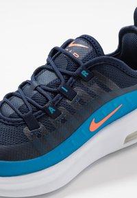 Nike Sportswear - AIR MAX AXIS - Sneakers basse - midnight navy/hyper crimson/laser blue - 2